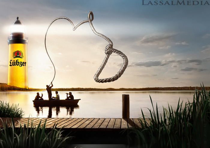 LassalMedia – photorealistic key visuals for Lübzer Beer – nature shot with lake at down. Friends in boat, throwing rope to dock.