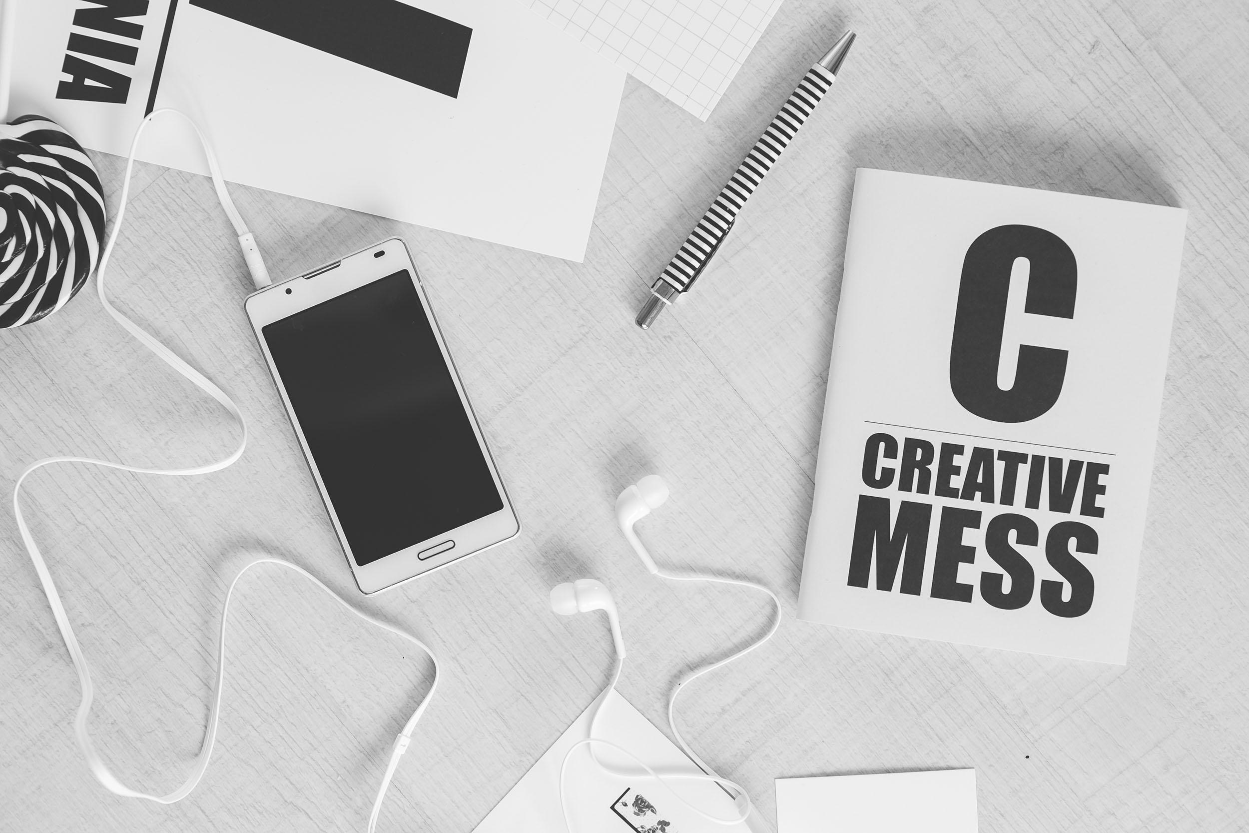 creative-smartphone-notebook-typography-2500